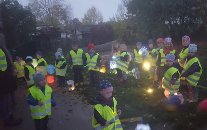 Kinder feiern Lichterfest